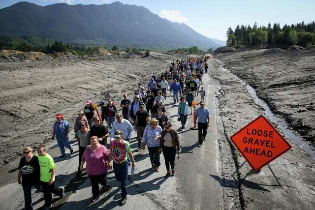 'State Route 530 reopens after Oso mudslide'></a> <p {padding:10px}><b><a href=http://www.seattlepi.com/local/slideshow/Oso-mudslide-victims-families-survivors-gather-86890.php