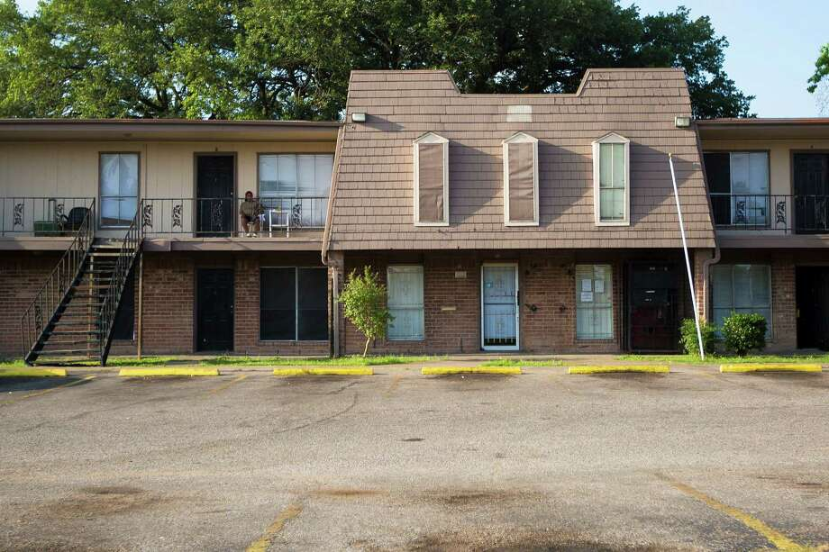 Crestmont Apartments, on Selinsky, is shown in 2014. Photo: Marie D. De Jesus, Staff / © 2014 Houston Chronicle