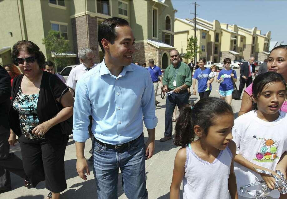 Mayor Julián Castro and residents tour the Park at Sutton Oaks, a SAHA mixed-income development on the East Side. Photo: Kin Man Hui / San Antonio Express-News / ©2014 San Antonio Express-News