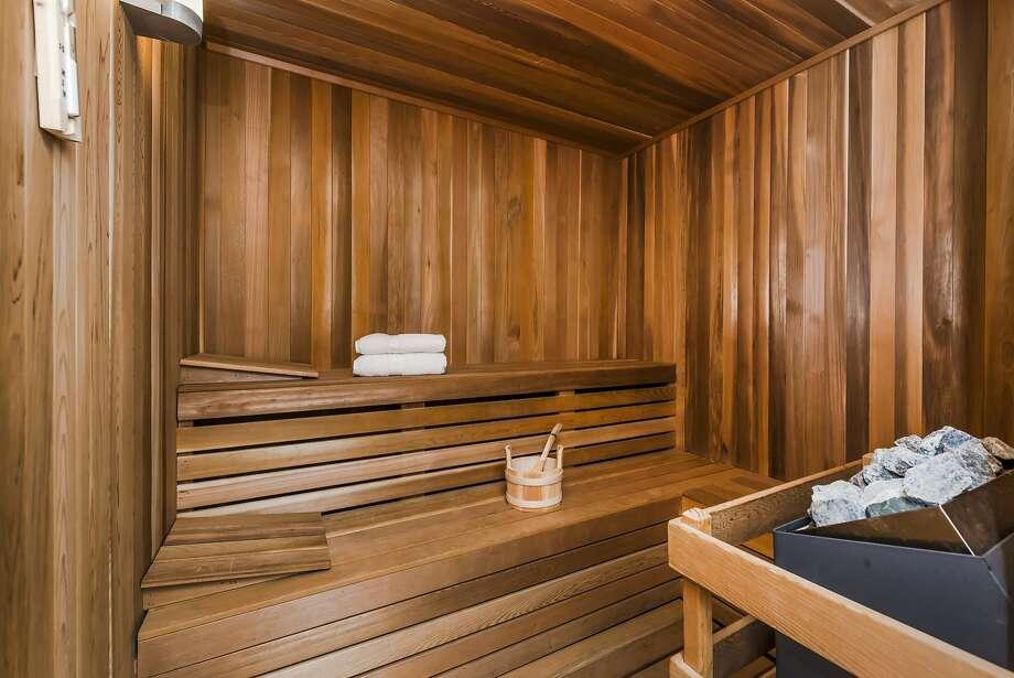 Dallas, Texas: Steam Bath Photo: Olga Soboleva/Vanguard Propertie