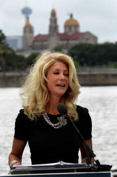 Texas Senator and gubernatorial candidate Wendy Davis stumps Thursday June 5, 2014 at Woodlawn Lake Park. Davis spoke about her Republican opponent and issues like equal pay for women. Davis also showed her support for the San Antonio Spurs. Photo: JOHN DAVENPORT, San Antonio Express-News / ©San Antonio Express-News/John Davenport