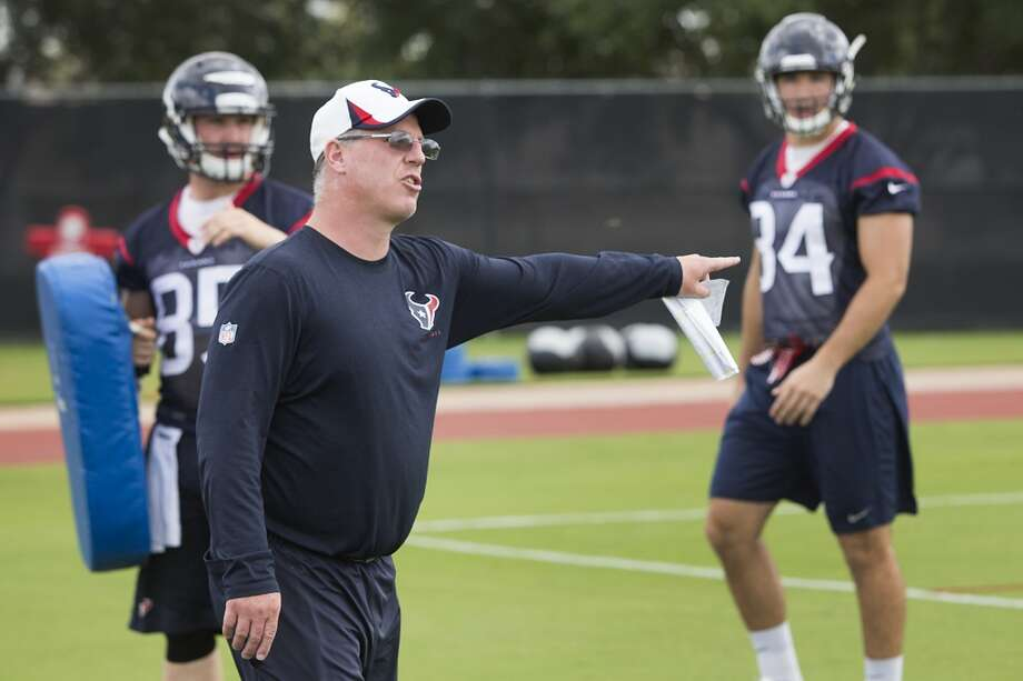 Tight ends coach John Perry works with his unit. Photo: Brett Coomer, Houston Chronicle