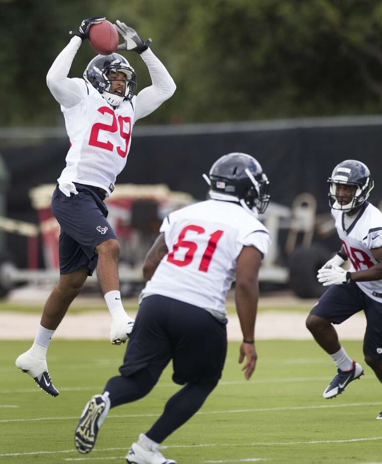 Safety Jawanza Starling (29) leaps to make a catch. Photo: Brett Coomer, Houston Chronicle