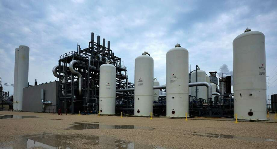 In a demonstration project, this Air Products facility captures CO2 emitted at a refinery in Port Arthur and sends it to help push oil out of an aging field south of Houston. Photo: Air Products / Brian Tafelmeyer Photography
