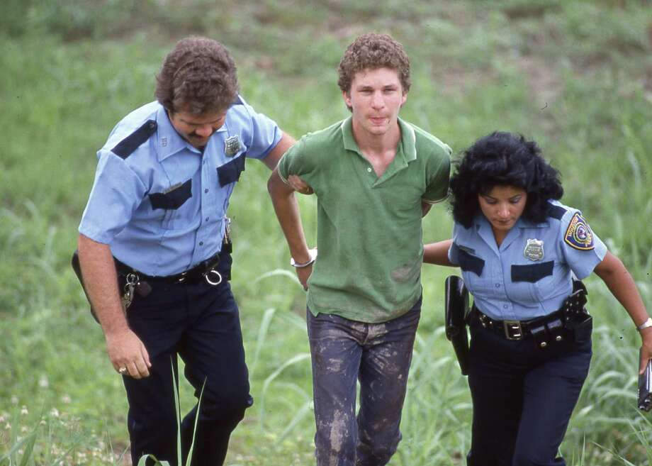 06/08/1984 - Houston police with suspect David Port at crime scene of postal carrier Debora Sue Schatz. Port told the police he had dumped Schatz body in Buffalo Bayou near West Belt. Photo: Craig H. Hartley, © Houston Chronicle / Houston Post files