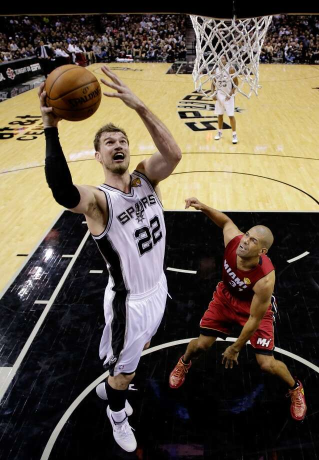 Tiago Splitter goes to the basket against Shane Battier during Game 1. Photo: Pool, Getty Images