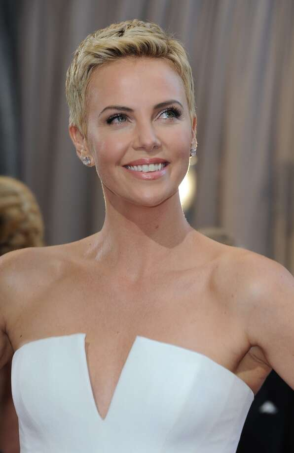Actress Charlize Theron  on the red carpet for the 85th Annual Academy Awards on February 24, 2013 looks radiant and (practically) bare faced. Photo: AFP, AFP/Getty Images
