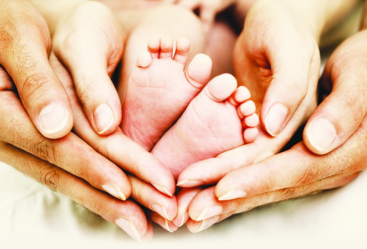 Фото мама с новорожденным ребенком со спины