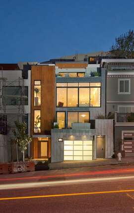 The Diamond Heights home features a reverse floor plan. The public rooms are sandwiched between the bedroom level and the top-floor master suite.Ê