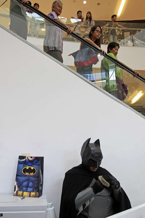 A man, dressed as Batman character, prepares to perform in a costume competition in conjunction with the 75th anniversary of Batman at a shopping mall in Kuala Lumpur, Malaysia, Saturday, June 7, 2014. Photo: Lai Seng Sin, Associated Press