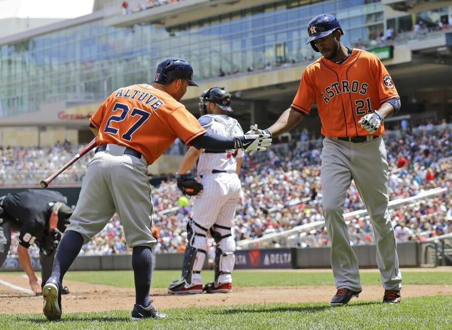 Dexter Fowler (21) is congratulated by Jose Altuve after Fowler's solo home run. Photo: Ann Heisenfelt, Associated Press