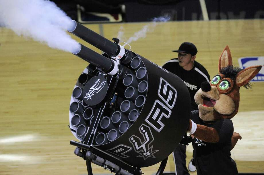 With this device, the Spurs Coyote can distribute 60 T-shirts to fans in just 10 seconds. Photo: Darren Abate, Associated Press / FR115 AP