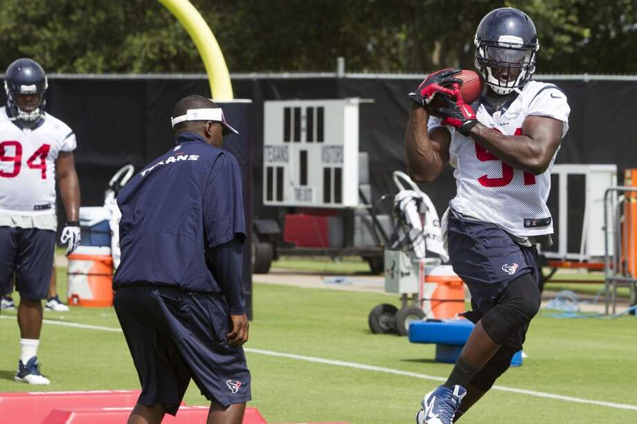 Texans linebacker Ricky Sapp (91) catches a football while running a drill. Photo: Brett Coomer, Houston Chronicle