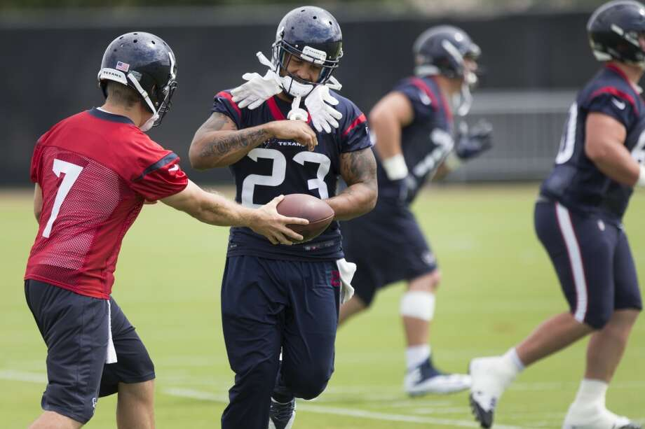 Texans quarterback Case Keenum (7) hands the ball off to running back Arian Foster (23). Photo: Brett Coomer, Houston Chronicle