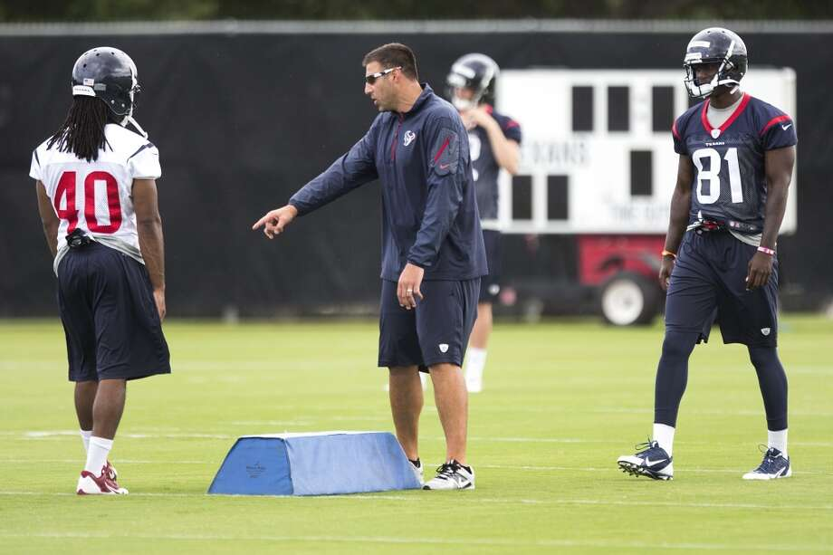 Texans linebackers coach Mike Vrabel, center, works with Marcus Williams (40) and Anthony Denham (81) during a special teams drill. Photo: Brett Coomer, Houston Chronicle
