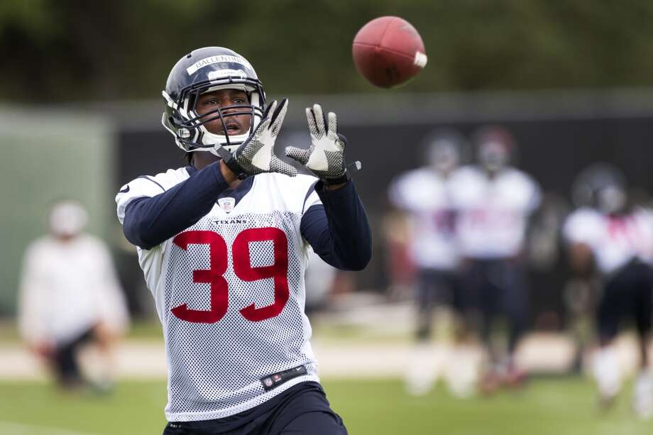 Texans safety Lonnie Ballentine reaches out to catch a football. Photo: Brett Coomer, Houston Chronicle