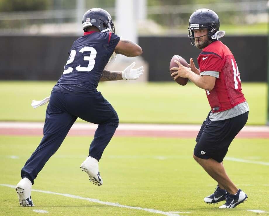 Texans quarterback Ryan Fitzpatrick (14) fakes a handoff to running back Arian Foster (23). Photo: Brett Coomer, Houston Chronicle