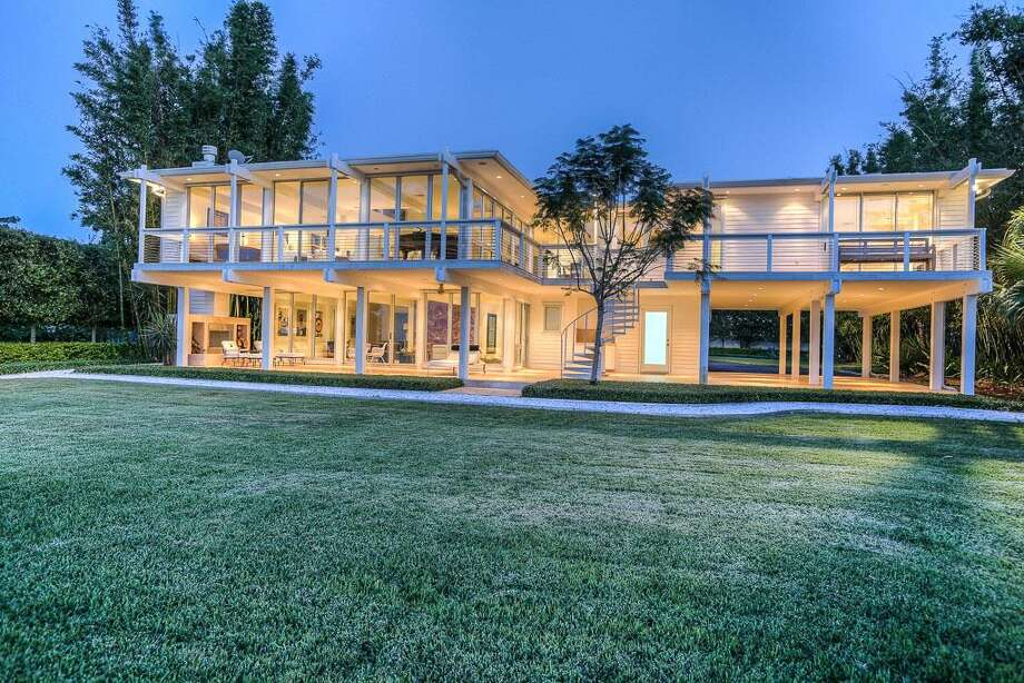 This waterfront stunner would be the perfect place to call home. Photo: Houston Association Of Realtors