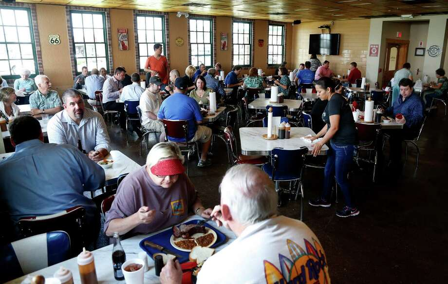 The dining room at Killen's Barbecue fills up fast. Photo: Karen Warren, Staff / © 2014 Houston Chronicle