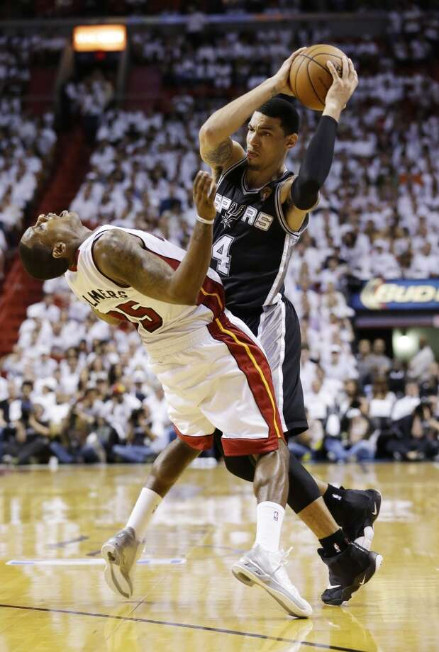 Spurs guard Danny Green (4) runs into Heat guard Mario Chalmers (15). Photo: Wilfredo Lee, Associated Press