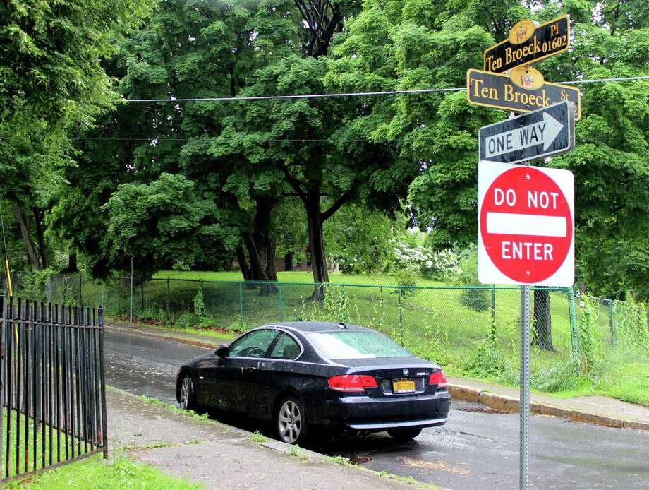 Ten Broeck Place between Ten Broeck and North Swan streets switched from one-way westbound to one-way eastbound on Wednesday, June 11, 2014, in Albany N.Y. (Selby Smith/ Special to the Times Union) Photo: SKIP DICKSTEIN / 00027290A