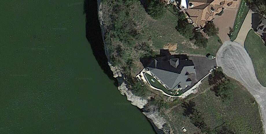 The home looked like this before it collapsed into the lake. Photo: Google Maps
