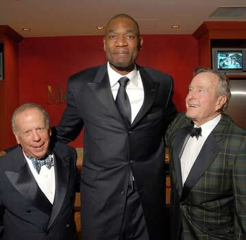 Les Alexander, Dikembe Mutombo and Presidnet George Bush at the Houston Rockets Tux & Tennies benefit in 2008. Photo: Dave Rossman, Freelance / Freelance