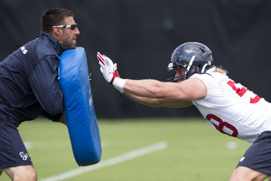 Linebacker Brooks Reed (58) reaches his arms out to hit a blocking pad held by linebackers coach Mike Vrabel. Photo: Brett Coomer, Houston Chronicle