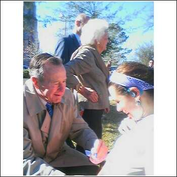 Participant Bernadette Tretta gets her race number signed by former President George H.W. Bush during the 2008 Chevron Houston Marathon. Photo: Courtesy Bernadette Tretta / ONLINE_YES