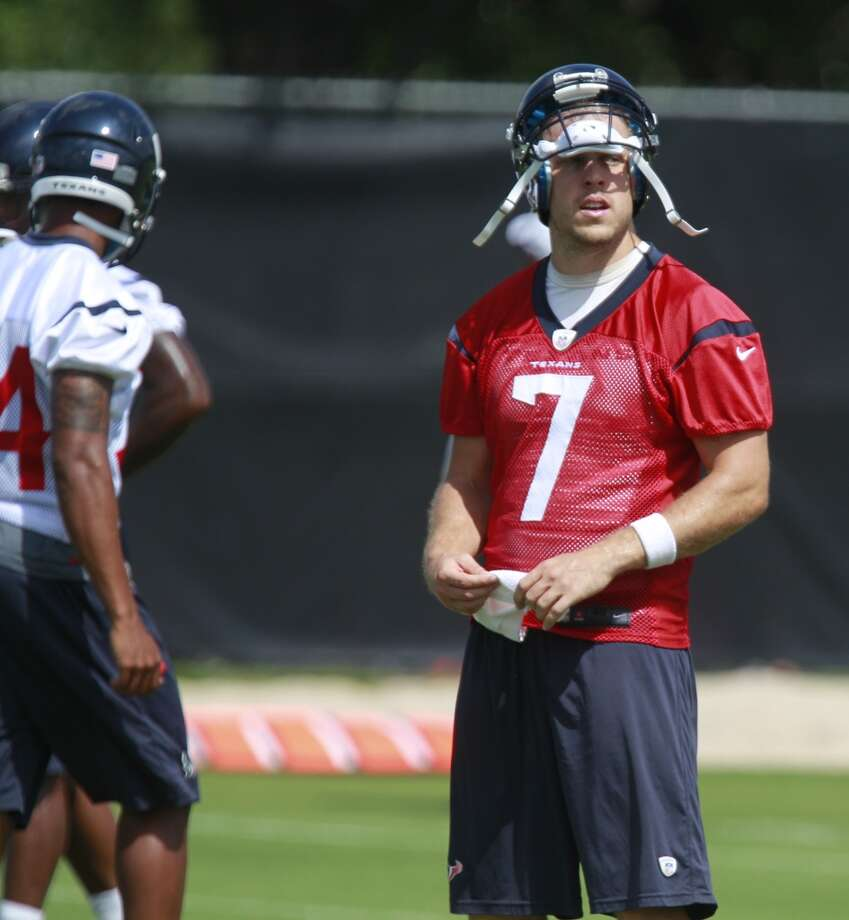 Case Keenum (7) takes a break between drills. Photo: Melissa Phillip, Houston Chronicle