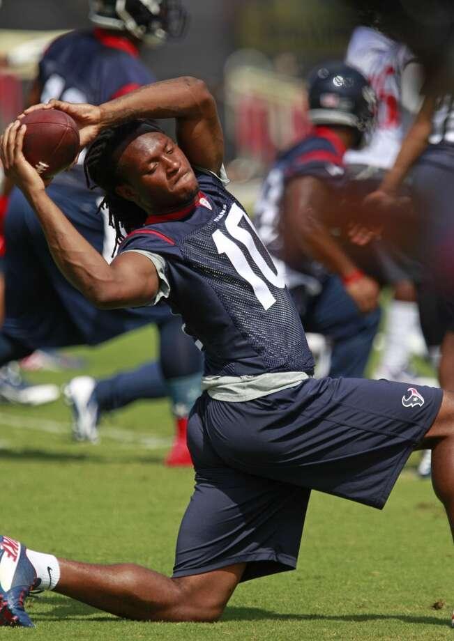 DeAndre Hopkins (10) stretches. Photo: Melissa Phillip, Houston Chronicle