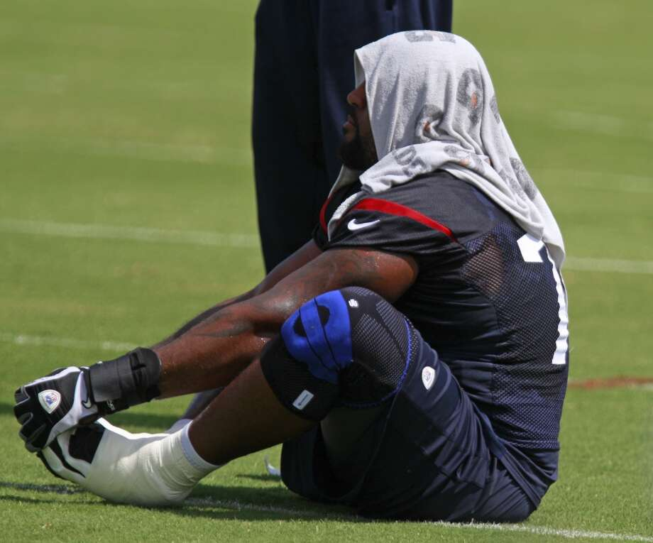 Duane Brown (76) stretches. Photo: Melissa Phillip, Houston Chronicle