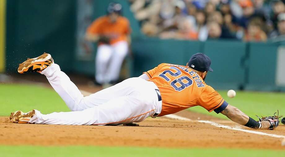 Astros first baseman Jon Singleton  dives for the ball during the third inning. Photo: James Nielsen, Houston Chronicle