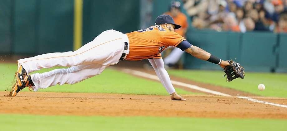 Astros first baseman Jon Singleton  dives for the ball during the third inning. Photo: James Nielsen, Houston Chronicle