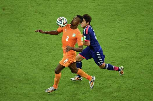 RECIFE, BRAZIL - JUNE 14: Salomon Kalou of the Ivory Coast controls the ball against Atsuto Uchida of Japan during the 2014 FIFA World Cup Brazil Group C match  between the Ivory Coast and Japan at Arena Pernambuco on June 14, 2014 in Recife, Brazil. Photo: Matthias Hangst, Getty Images / 2014 Getty Images