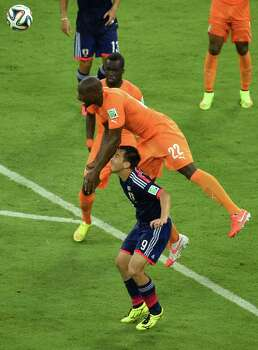 RECIFE, BRAZIL - JUNE 14:  Sol Bamba of the Ivory Coast goes for a header over the back of Shinji Okazaki of Japan during the 2014 FIFA World Cup Brazil Group C match  between the Ivory Coast and Japan at Arena Pernambuco on June 14, 2014 in Recife, Brazil. Photo: Matthias Hangst, Getty Images / 2014 Getty Images