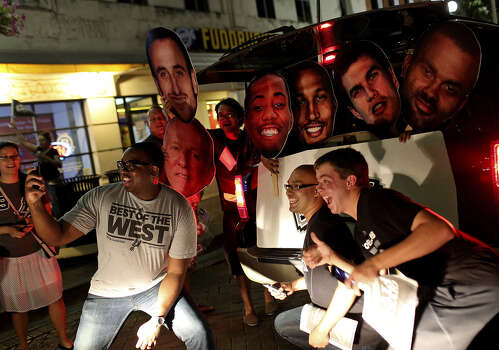 Fans celebrate downtown after the Spurs won their fifth National Basketball Association title. Photo: Lisa Krantz / San Antonio Express-News / SAN ANTONIO EXPRESS-NEWS