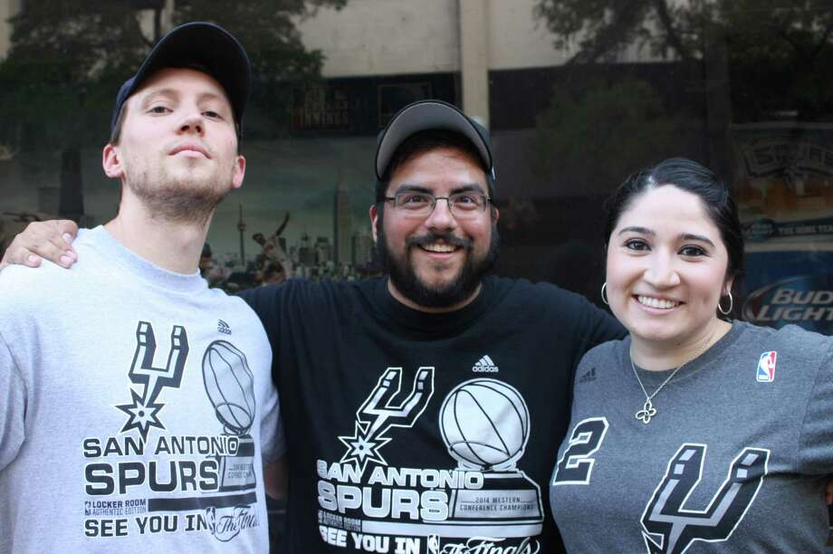 San Antonio fans at 'The Ticket' to watching the Spurs secure their fifth NBA title. Photo: Elizabeth Castillo/ Express News