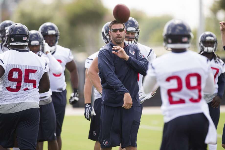 Texans linebackers coach Mike Vrabel throws a ball to safety Jawanza Starling (29). Photo: Brett Coomer, Houston Chronicle