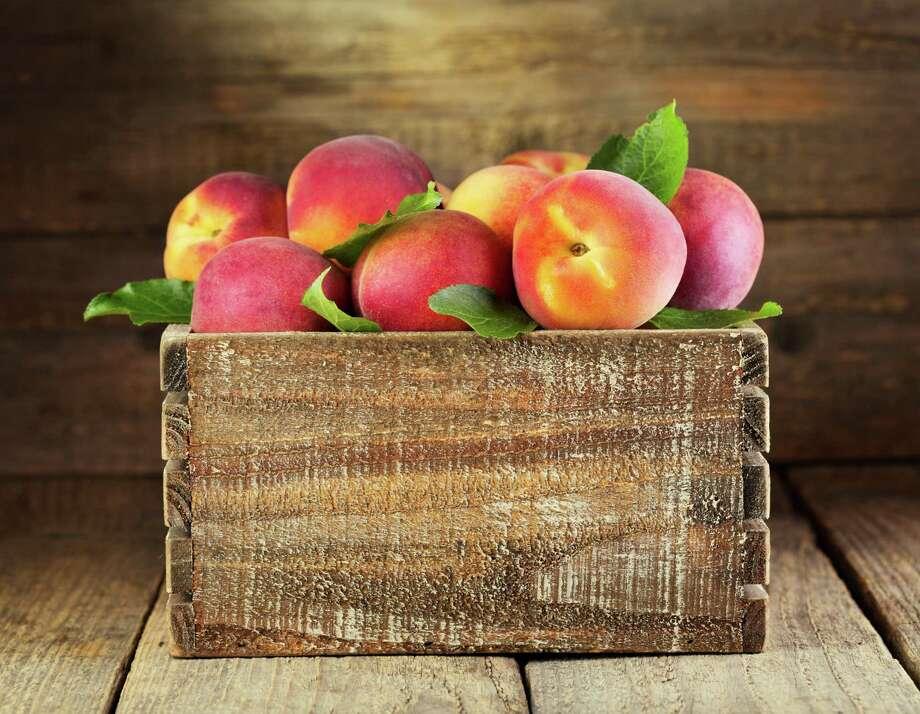 fresh peaches in wooden box / Fotolia / Nitr - Fotolia