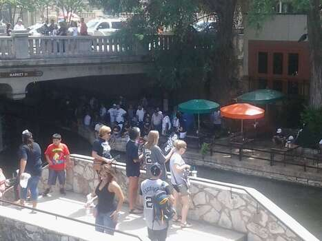 Fans nab spots on the River Walk before the start of the Spurs River Parade on Wednesday, June 18, 2014. Photo: Edwin Delgado/San Antonio Express-News