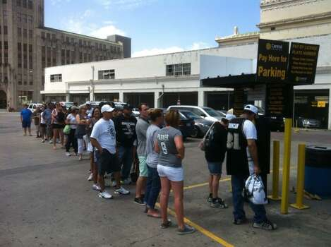 Spurs fans line up to pay for parking at the Central Lot on Third Street prior to the Spurs River Parade on Wednesday, June 18, 2014. Photo: Breanna Kerr/San Antonio Express-News