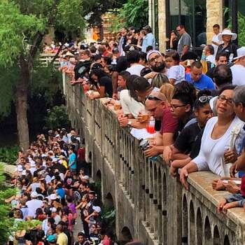Spurs fans watch the victory parade from the River Walk and a bridge over the San Antonio River on Wednesday, June 18, 2014. Photo: Benjamin Olivo/San Antonio Express-News
