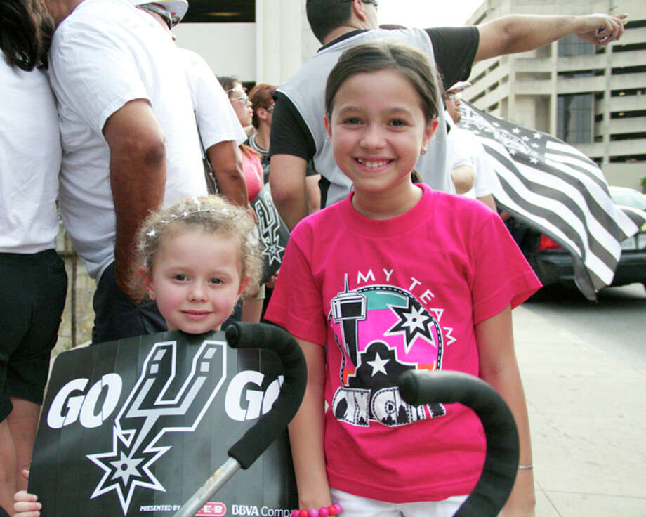Thousands of fans flooded downtown for the Spurs River Parade victory celebration. Photo: 0320412472, By DeAnne Cuellar, For MySA.com