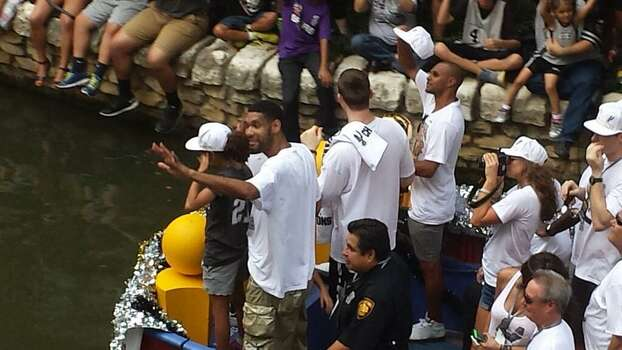Tim Duncan waves to the crowd during the Spurs victory parade on the San Antonio River on Wednesday, June 18, 2014. Photo: Nora Lopez/San Antonio Express-News