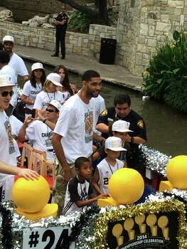 Tim Duncan stands with his children on a barge during the Spurs river parade on Wednesday, June 18, 2014. Photo: Mitchell Ferman / San Antonio Express-News