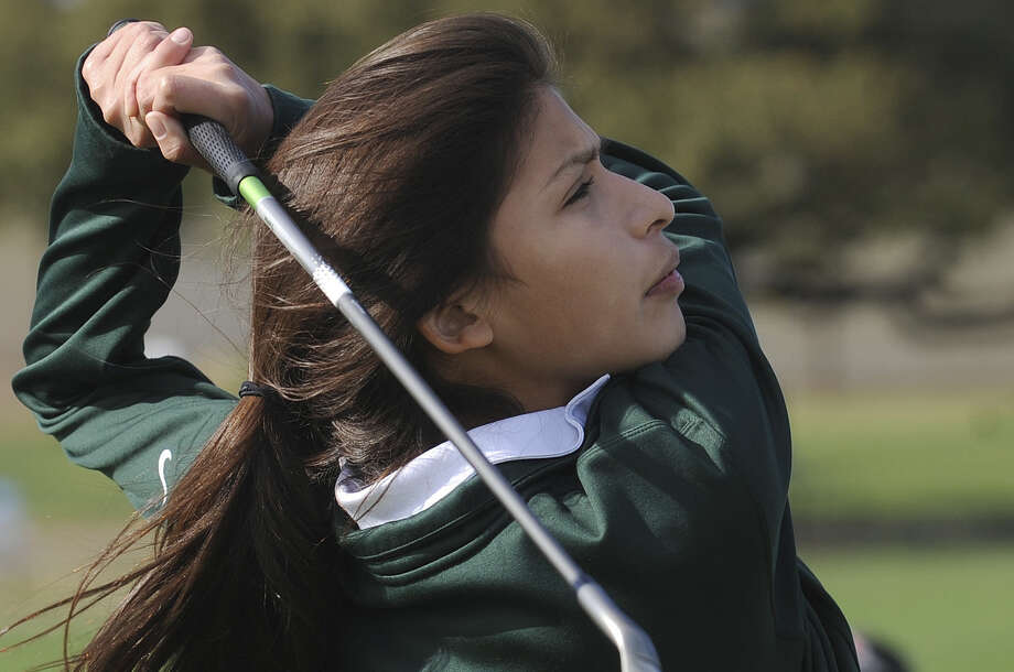 Incarnate Word High golfer Emily Palacios says visiting with a sports psychologist helped get her game back on track. Photo: Billy Calzada / San Antonio Express-News / San Antonio Express-News