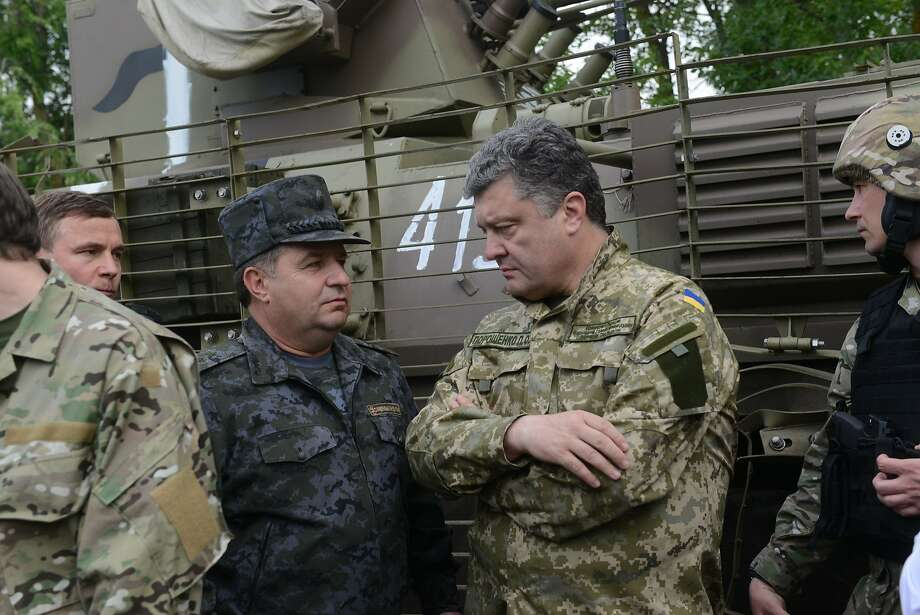President Petro Poroshenko (right) meets with army officers during his visit to the Donetsk region. Photo: Sergey Bobok, AFP/Getty Images