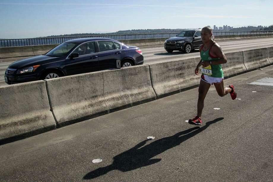 A contestant runs alongside cars. Photo: JOSHUA BESSEX, SEATTLEPI.COM / SEATTLEPI.COM
