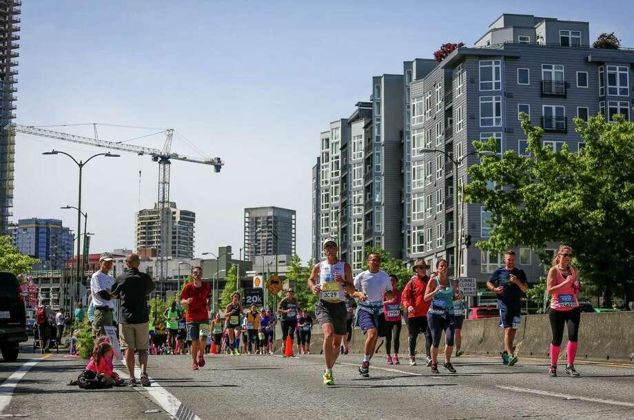 Runners make their way through Seattle. Photo: JOSHUA BESSEX, SEATTLEPI.COM / SEATTLEPI.COM